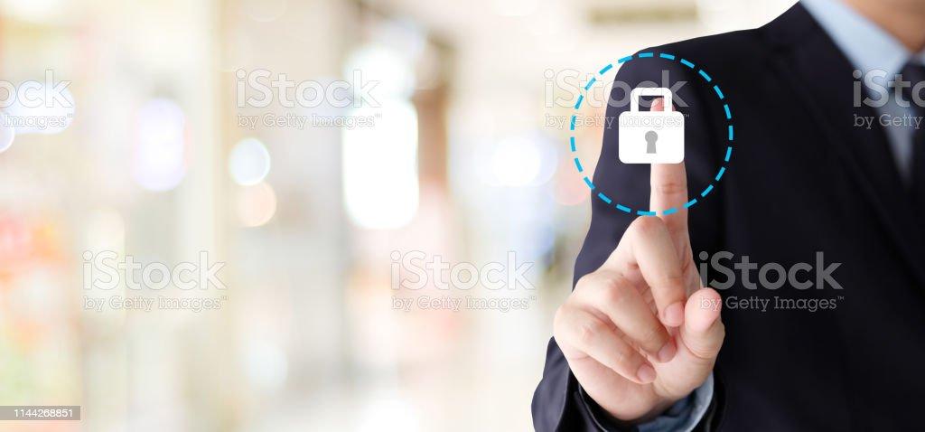 Businessman Hand rührende Cyber-Sicherheitschicon über verschwommenen Hintergrund mit Kopierplatz, Business-und Technologie-Hintergrund, Banner - Lizenzfrei Alarm Stock-Foto