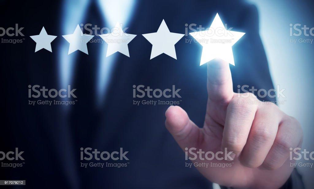 Mano de empresario tocar cinco estrellas símbolo para aumentar la calificación de concepto de empresa, fondo del espacio copia de tu título foto de stock libre de derechos