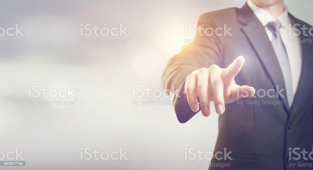 Homme d'affaires main toucher écran virtuel - Photo