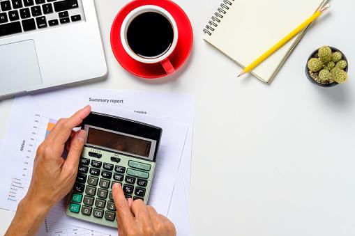 Affärsman Hand Arbeta Med Finansiella Data-foton och fler bilder på Affärsman