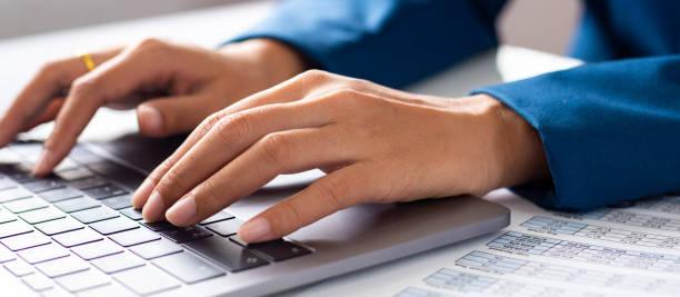 geschäftsmann hände beschäftigt mit laptop am schreibtisch, junge studentin, die eingabe auf computer sitzen am tisch aus holz - lesen arbeitsblätter stock-fotos und bilder