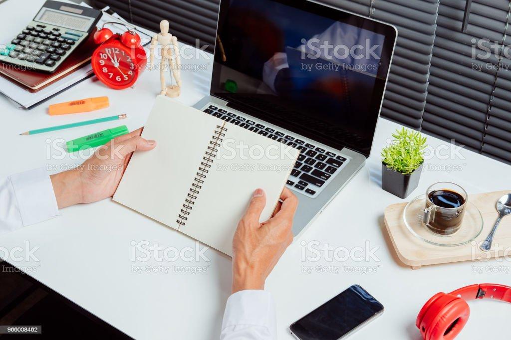 Geschäftsmann Hände halten notebook - Lizenzfrei Akademisches Lernen Stock-Foto