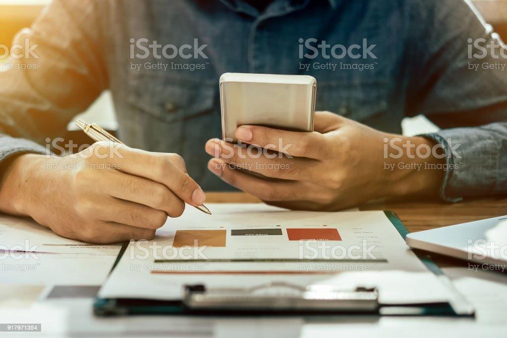 Geschäftsmann Hände halten Stift und Smartphone mobil für Berufung Analytics Berater marketing-Abteilung mit Partner. – Foto
