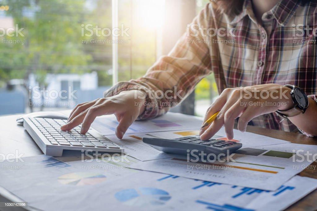 Geschäftsmann Hände halten Stift arbeiten am Rechner und finanzielle Papierkram. Konto und sparen Konzept. – Foto