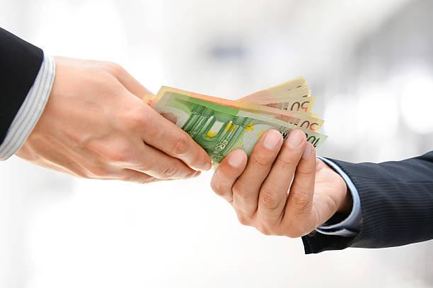 бизнесмен руки, проходящей деньги евро (eur - dollar bill стоковые фото и изображения