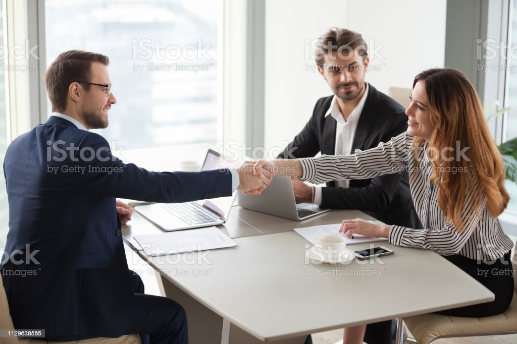 Geschäftsmann Handshaking Geschäftsfrau Geschäft Gruppe Verhandlungen beenden – Foto