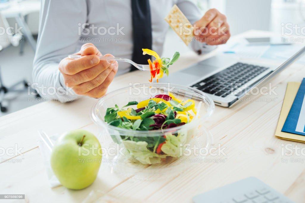 Empresário, tendo uma pausa para o almoço - foto de acervo