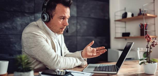 Geschäftsmann bei Online-Treffen in seinem Büro – Foto