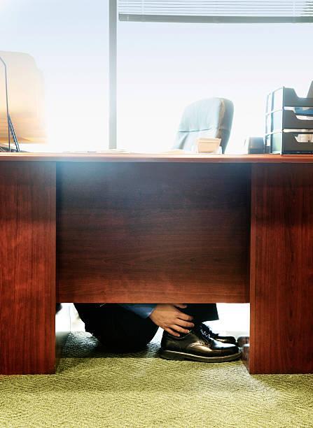 Hombre poniendo en escritorio de oficina. - foto de stock