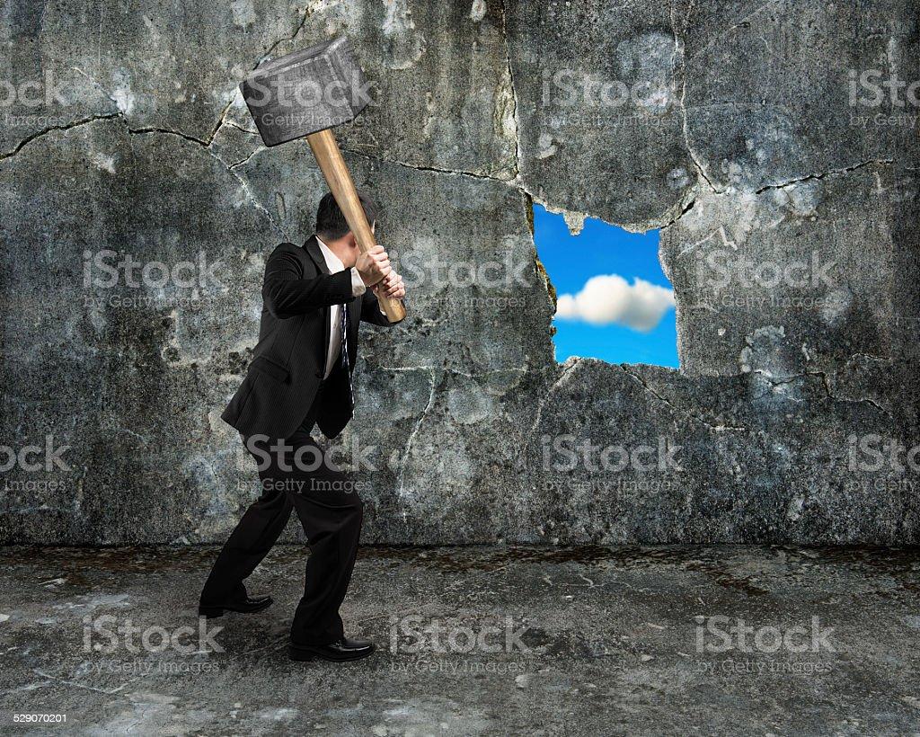 Geschäftsmann halten Vorschlaghammer knacken big hole entdeckt natur – Foto