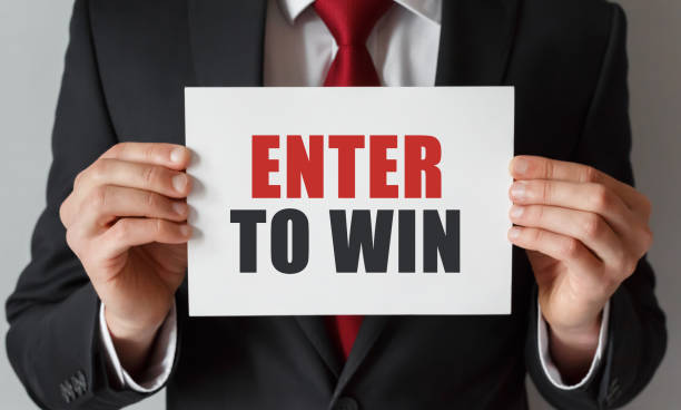 Geschäftsmann mit einer Karte mit Text Enter to Win – Foto