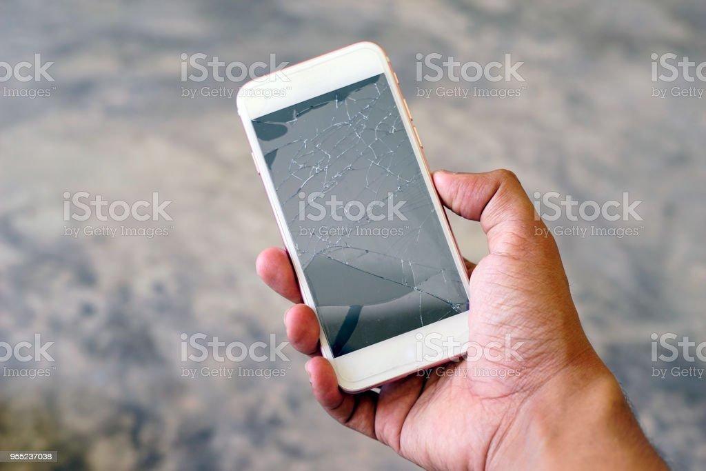 Geschäftsmann hält eine Riss-Smartphone. Flachen DOF. – Foto