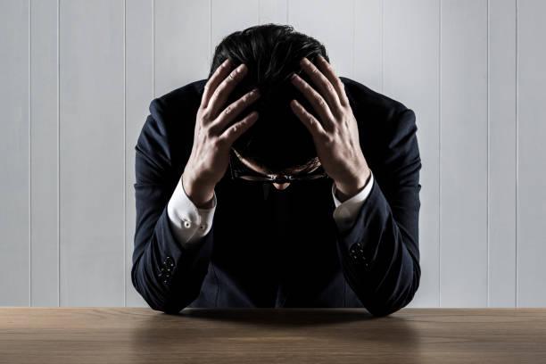 頭を抱えているビジネスマン - 悩む ストックフォトと画像