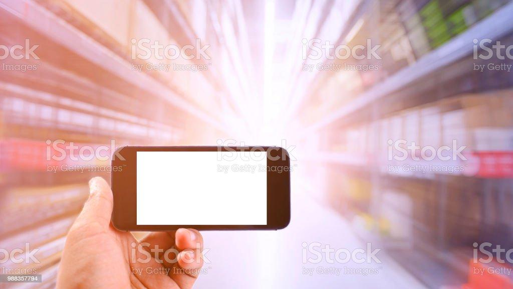 Unternehmer, die eine Smartphone in Unternehmen der Industrie und Logistik Lager hält. Die Kisten in hohen Regalen bestückt. Motion Blur-Effekt. Helles Sonnenlicht. – Foto