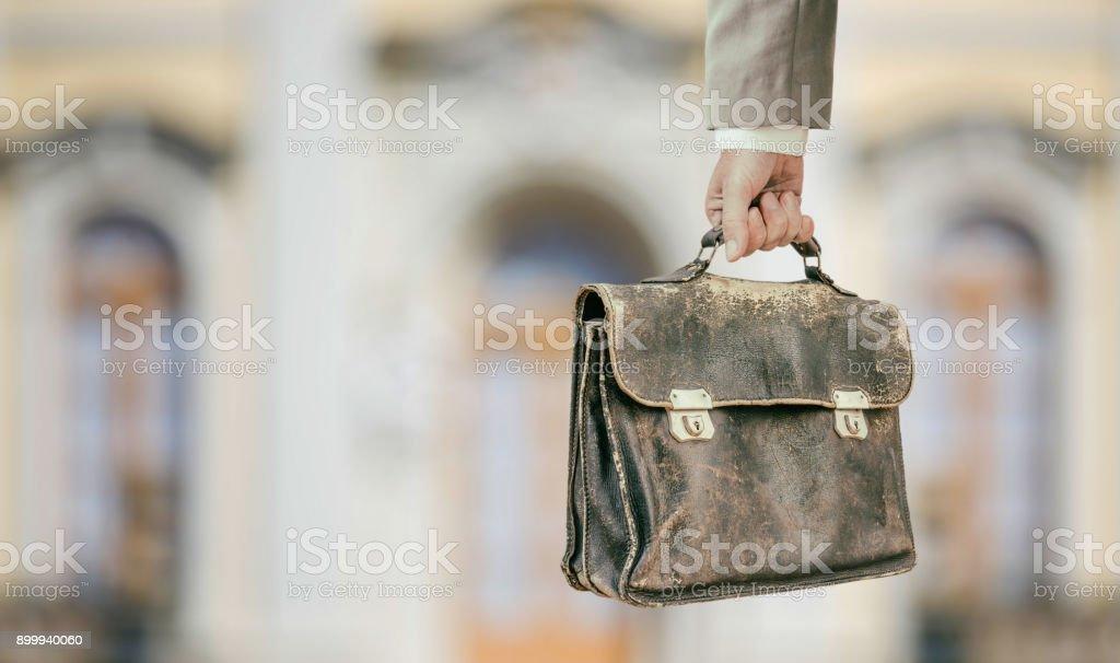 Empresário, segurando a mala de couro antigo na frente do castelo - foto de acervo
