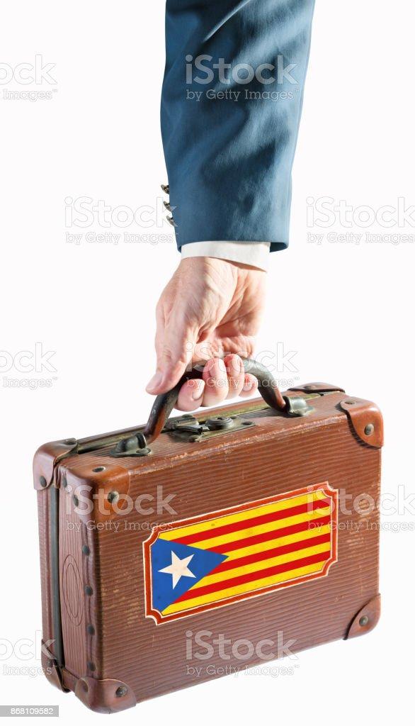 Empresário, segurando a mala antiga com bandeira da Catalunha, Espanha - foto de acervo