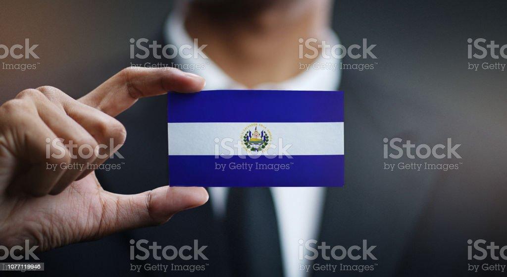 Empresario celebración tarjeta de bandera del Salvador - foto de stock