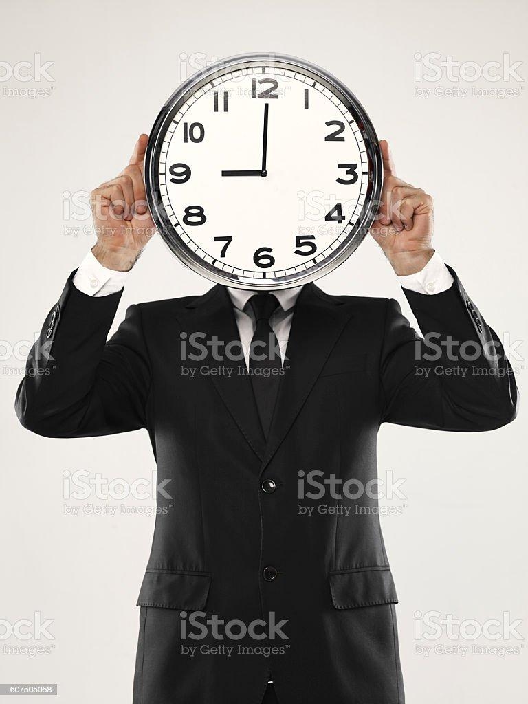 Geschäftsmann holding Uhr – Foto