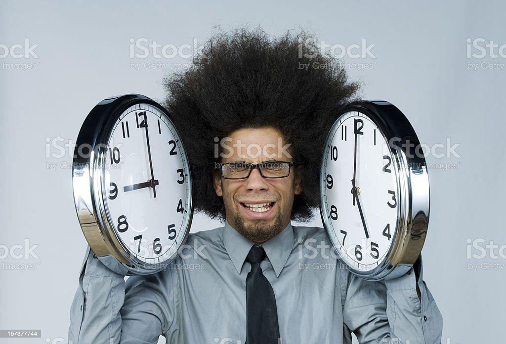 Geschäftsmann hält Wecker, auf dem die Öffnungszeiten – Foto