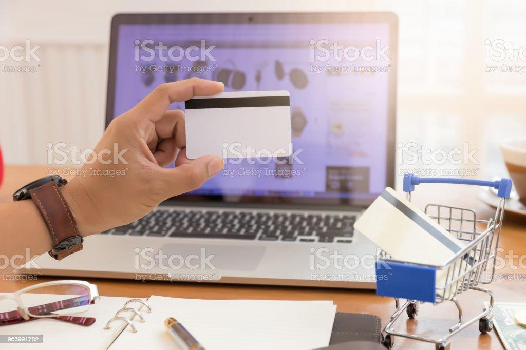 Zakenman creditcard bedrijf en met behulp van laptop om te winkelen online - Royalty-free Bank - Financieel gebouw Stockfoto