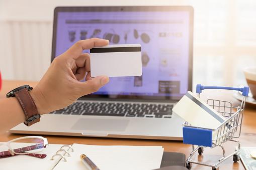 Zakenman Creditcard Bedrijf En Met Behulp Van Laptop Om Te Winkelen Online Stockfoto en meer beelden van Aankoop met creditcard