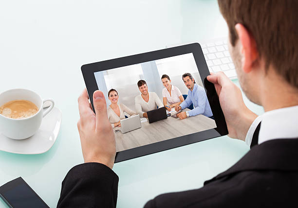 Geschäftsmann Holding Digital Tablet – Foto