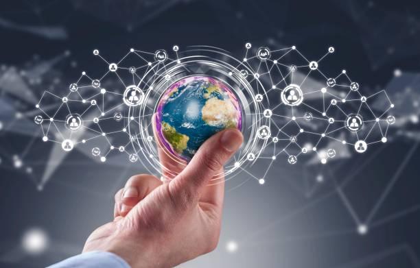 Geschäftsmann hält Globus mit social Media Icons network – Foto