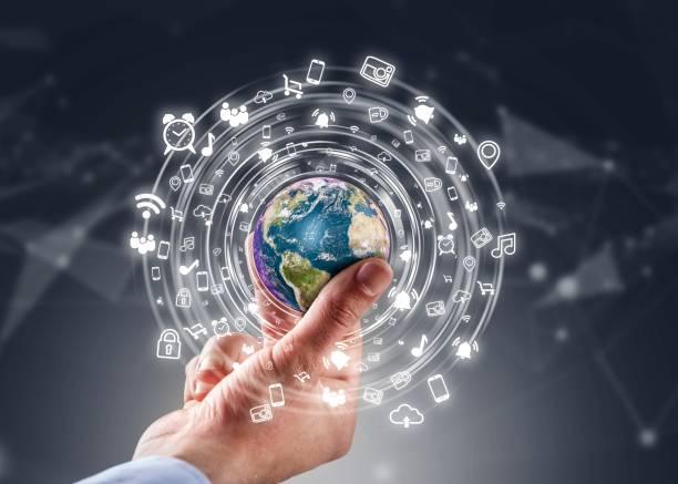 Geschäftsmann hält Globus mit social media – Foto