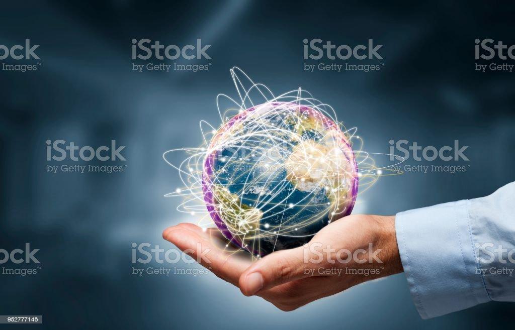 Geschäftsmann halten Globus, Internet-Konzept des globalen Geschäfts. Elemente dieses Bildes, eingerichtet von der NASA – Foto