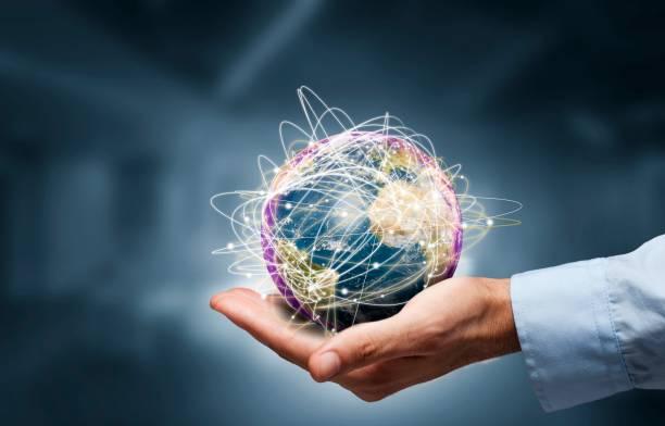 Empresario sosteniendo globo, concepto de Internet de negocios. Elementos de esta imagen proporcionada por la NASA - foto de stock