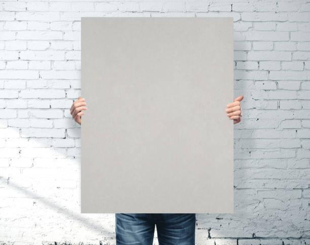 Geschäftsmann hält graues Banner – Foto