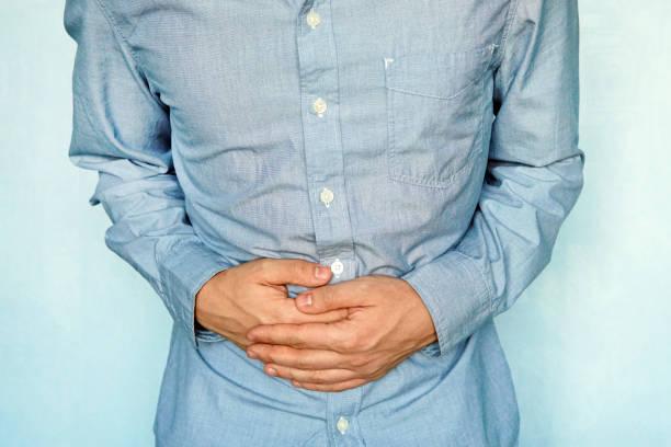 Empresário segurando sua dor de estômago - foto de acervo