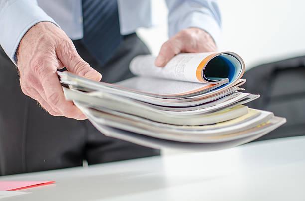 Uomo d'affari con riviste - foto stock