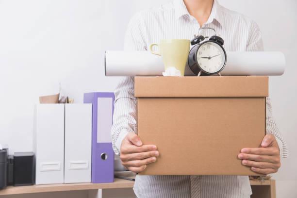 Geschäftsmann hält persönliche Gegenstände Box bereit Umzugsfirma verlassen. Konzept-Entlassungen. – Foto