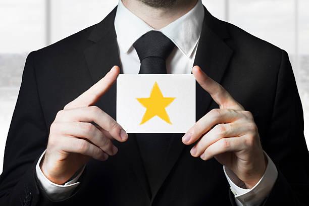 geschäftsmann holding-star-bewertung - flugticket vergleich stock-fotos und bilder