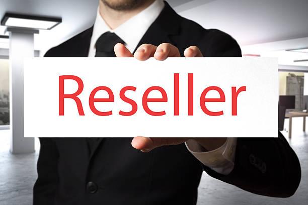 businessman holding sign reseller - kostenlose onlinespiele stock-fotos und bilder