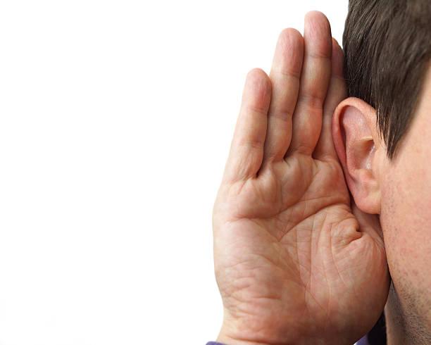 Geschäftsmann hält die hand in der Nähe von Seine Ohr und Zuhören – Foto
