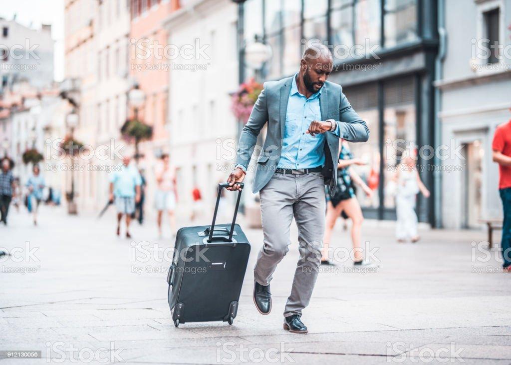 Geschäftsmann, beeilen sich die Stadtstraße – Foto
