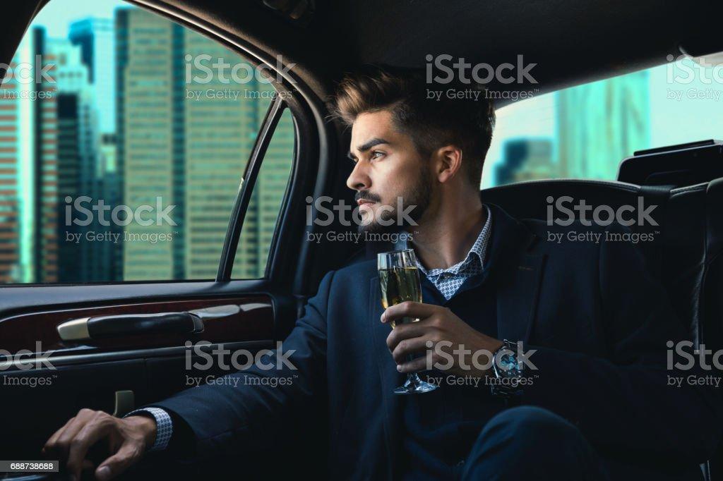 Geschäftsmann in einer Limousine mit Champagner – Foto