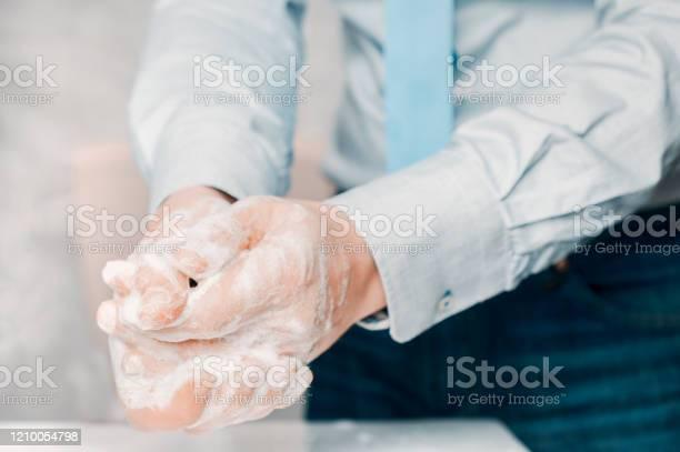 Foto de Empresário De Camisa Azul E Gravata Lava As Mãos Profundamente A Lavagem Das Mãos É Muito Importante Para Evitar O Risco De Contágio De Coronavírus E Bactérias e mais fotos de stock de Adulto