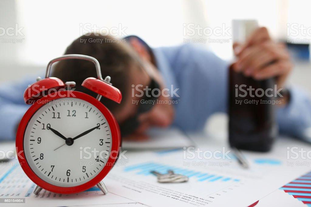 Homme d'affaires en chemise bleue endormi au travail sur le fond d'une bouteille - Photo
