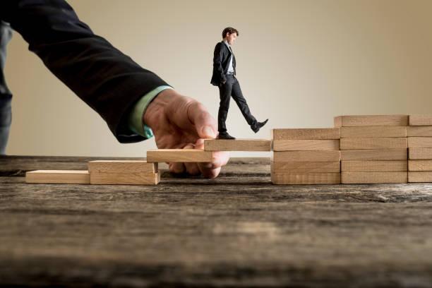 Homme d'affaires en costume d'affaires remontant à étapes - Photo