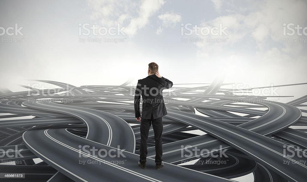 Uomo d'affari in crisi di strade diverse foto stock royalty-free