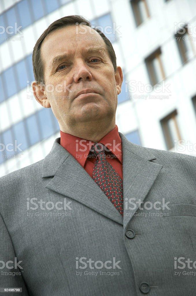 Geschäftsmann vor einem Gebäude Lizenzfreies stock-foto
