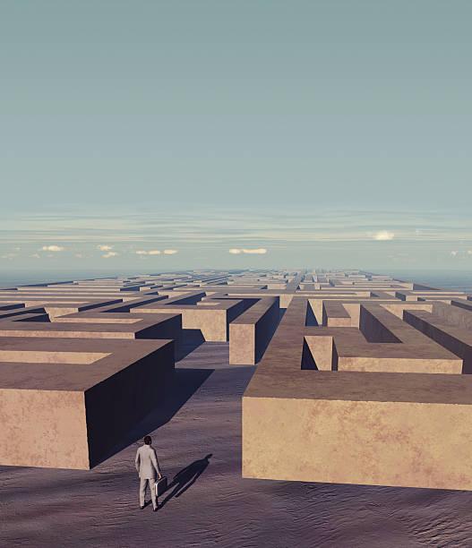 Geschäftsmann vor einem Stein labyrinth – Foto