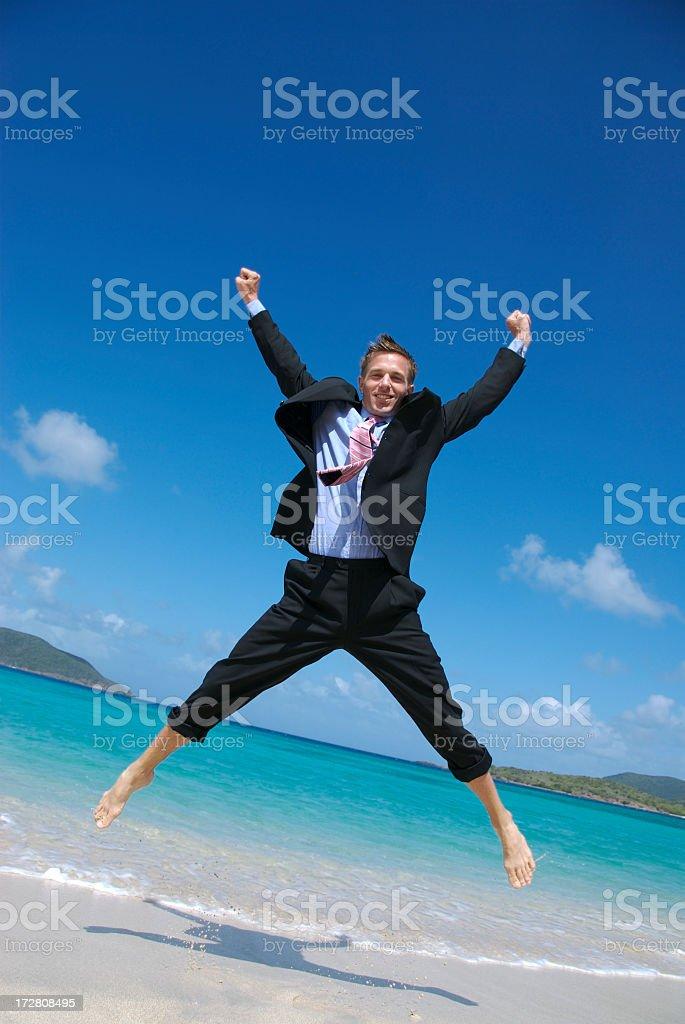 Hombre de negocios en traje completo significa feliz Spreadeagle Jump playa Tropical - foto de stock