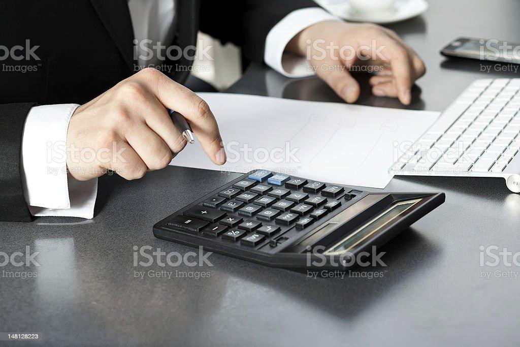 Geschäftsmann am computer im Büro – Foto