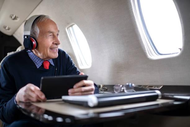 unternehmer in private jet-flugzeug - wie lange leben fliegen stock-fotos und bilder