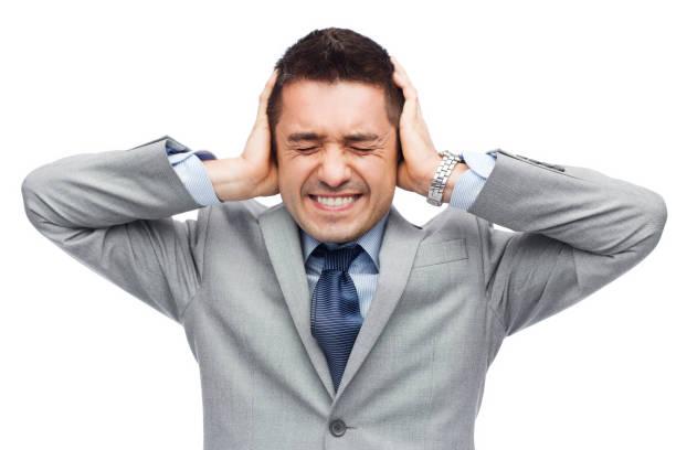 Geschäftsmann im Anzug mit Kopfschmerzen – Foto