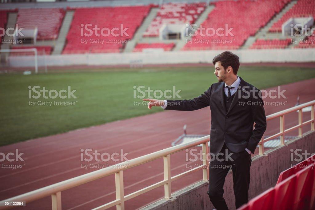 Businessman in suit on bleachers foto stock royalty-free